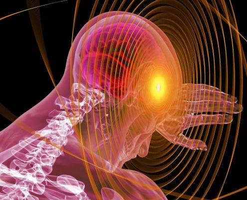 Anatomische Darstellung der oberen Wirbelsäule eines Menschen. Im Gehirn leuchtet ein roter Fleck auf, der Schmerz symbolisiert.